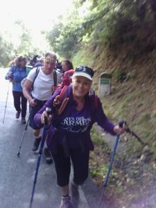 Inés y otros peregrinos durante una etapa